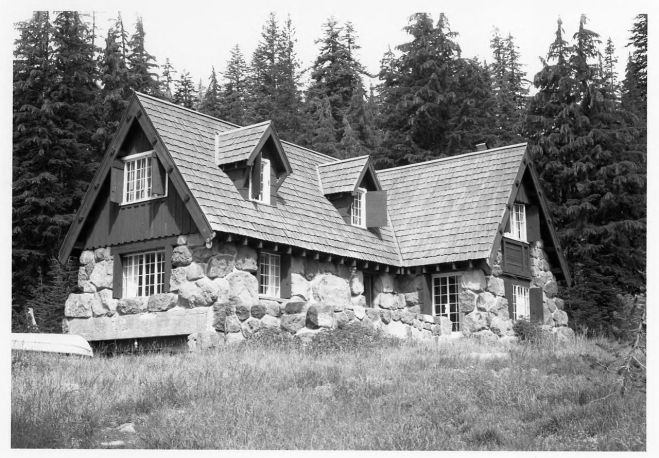 1280px-Crater_Lake_Superintendent_Residence_-_Oregon_-_NHL